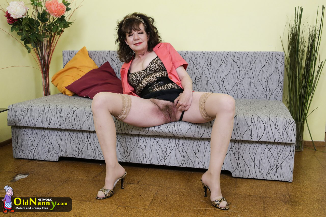 Wrinkly elder grandmother frigging and sextoy onanism